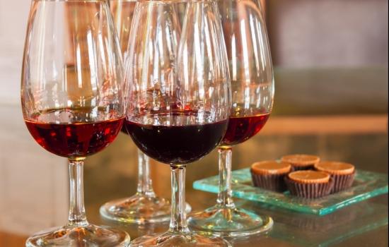O Vinho do Porto Ruby casa com chocolate, e o Tawny combina com caramelo
