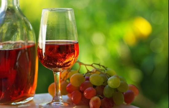 O vinho rosé apresenta coloração rosada, intermediária entre os tintos e os brancos