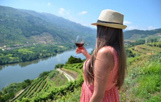 Deixe-se encantar pelo famoso Vinho do Douro e as belas vistas das quintas.