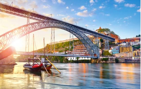 Descontraia num passeio de Barco Rabelo pelas margens do Porto e Gaia!