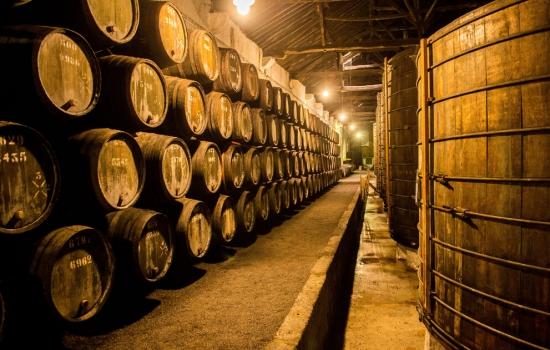 Uma visita às Caves do Vinho do Porto é uma experiência obrigatória no Porto.