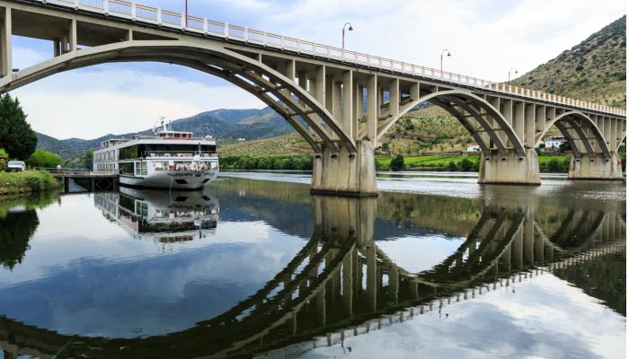 Deslumbre-se com o Rio Douro em todo o território português, até Barca d'Alva.
