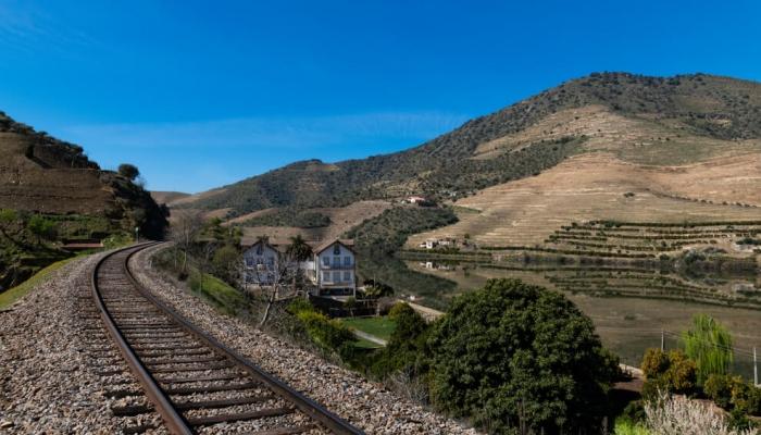 A Linha do Douro acompanha a subida do rio e permite apreciar paisagens únicas.