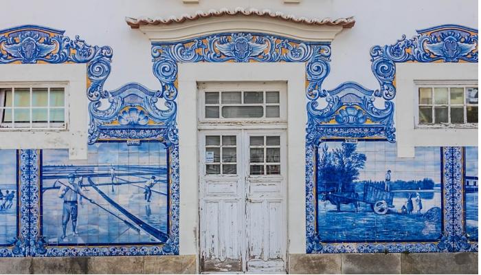 Os painéis de azulejos da estação de Aveiro evocam paisagens da região e monumentos da cidade