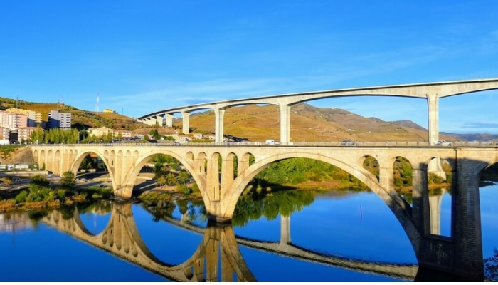 Ponte Miguel Torga, contruída em 1997 para homenagear o famoso escritor, natural da região.