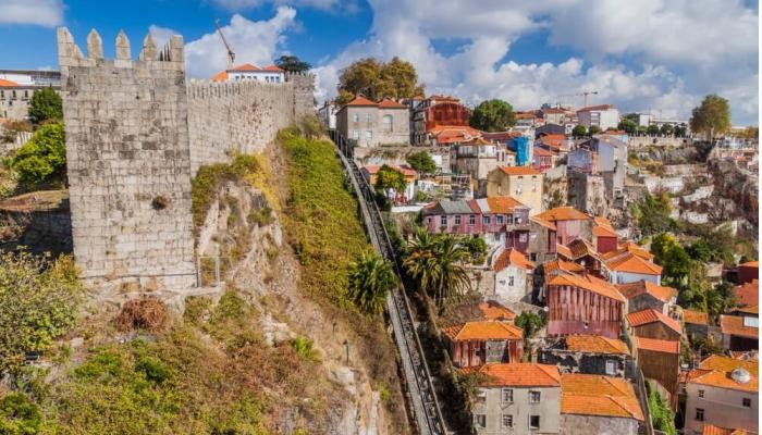 O Funicular dos Guindais oferece uma vista impressionante sobre a Muralha Fernandina, a Ponte D. Luis I e o rio Douro