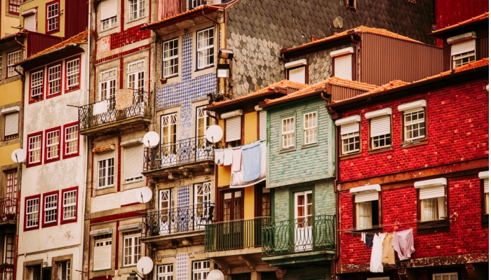 La Praça da Ribeira nous offre le superbe spectacle d'une ville qui monte en cascade depuis le Douro.