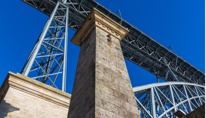 Pilares da extinta Ponte Pênsil, junto à majestosa Ponte D. Luís I