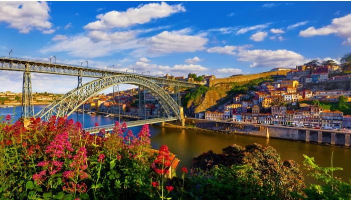 A esplêndida Ponte D. Luís I, é um brilhante exemplar da arquitetura do ferro.