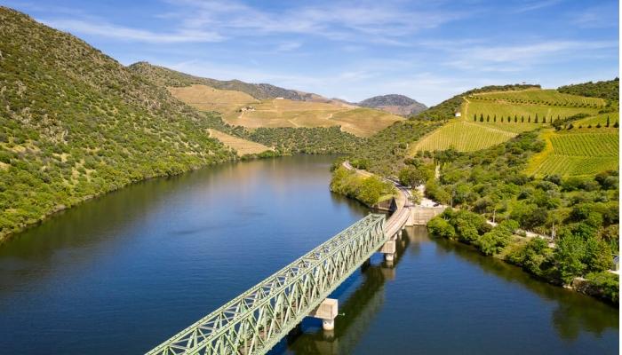 A ponte da Ferradosa é a ponte mais baixa de todo o percurso do Douro, estando apenas a 7m de altura.