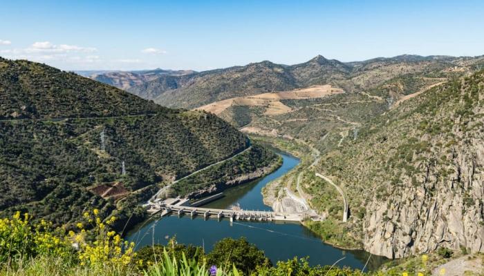 A Barragem da Valeira foi a terceira barragem a ser construída no Rio Douro.