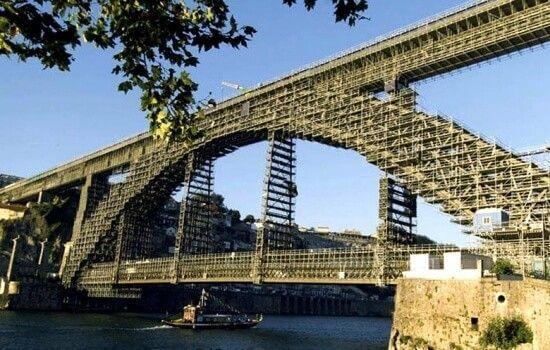 Desde a sua construção que há muitas lendas e histórias associadas a esta emblemática Ponte
