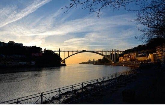 A Ponte da Arrábida, icónica e autêntica obra de arte, é destinada à circulação rodoviária.
