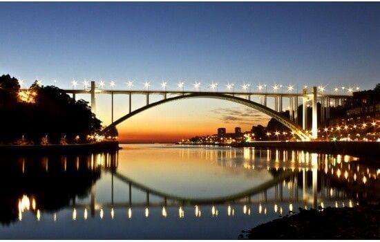 O aumento do volume de trânsito nesta ponte levou à alteração de certas caraterísticas originais