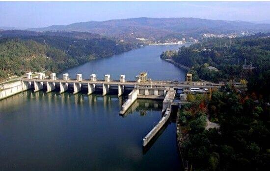 A Barragem de Crestuma-Lever é a barragem mais próxima da cidade do Porto