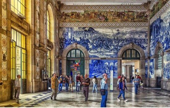 Os seus emblemáticos painéis de azulejos atraem milhares de turistas de todo o mundo