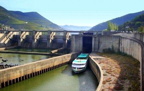 A maior parte das Barragens do Douro possuem eclusas de navegação, possibilitando a realização de cruzeiros