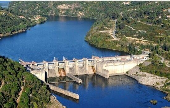A Barragem do Carrapatelo é a maior barragem do Douro (desnível de 35 metros)