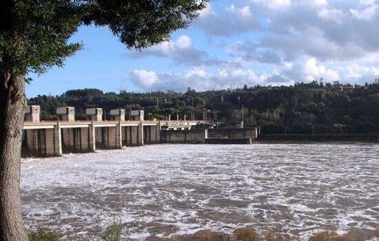A Barragem de Crestuma-Lever é a barragem mais próxima do Porto (desnível de 14m)