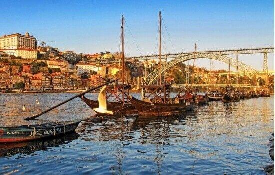 Esta magnífica Ponte, com os típicos Barcos Rabelos do Douro, formam um cenário encantador
