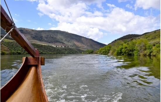 Um cruzeiro pelas águas do Douro é uma das atividades mais famosas da região