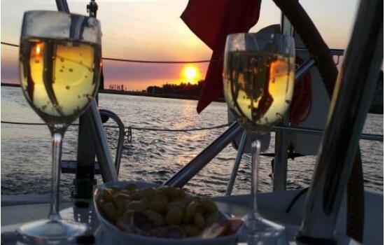 Um veleiro a dois com jantar é uma das opções mais românticas para esta noite