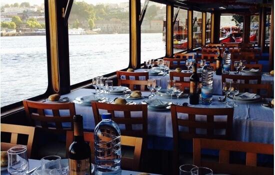 Jantar enquanto navega pelo Rio Douro será um dos programas mais românticos de sempre