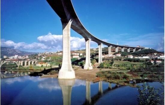A Ponte Miguel Torga é uma bela homenagem ao escritor douriense