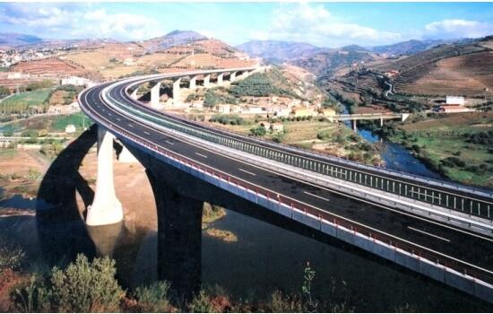 Com um desenho curvo, esta é uma das pontes mais icónicas da região