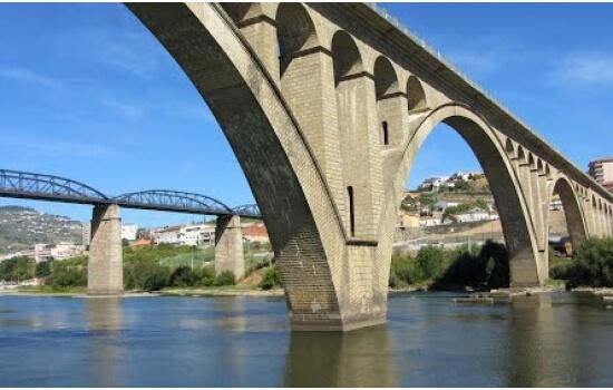 Construída para fazer a ligação ferroviária entre a Régua e Lamego, a Ponte da Régua é agora uma ponte rodoviária