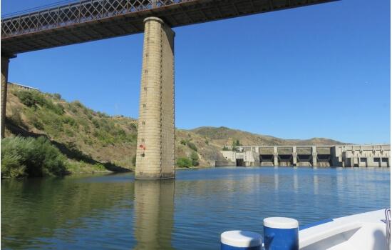 Apesar de já não ser possível a sua travessia, a ponte mantém-se como um marco da região