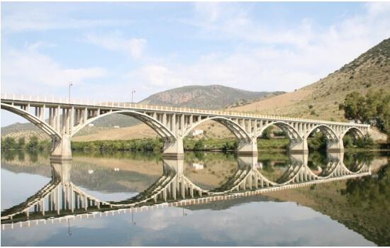 Sendo a última ponte sobre o Rio Douro em Portugal, está é uma das pontes mais memoráveis da Região do Douro
