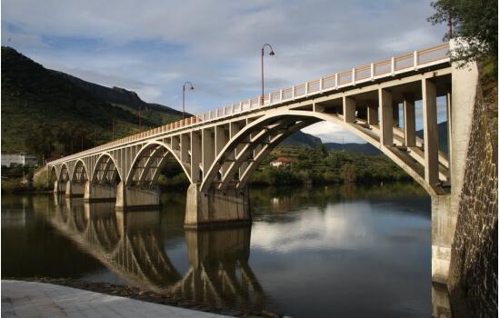 O contraste dos seus arcos com o azul do rio cria paisagens inesquecíveis