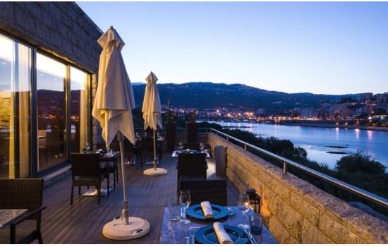 Este dia é só seu, por isso aproveite para jantar com a melhor vista - para o Douro