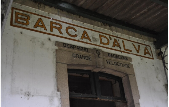 Apesar de abandonada, é ainda possível encontrar várias das antigas relíquias da estação